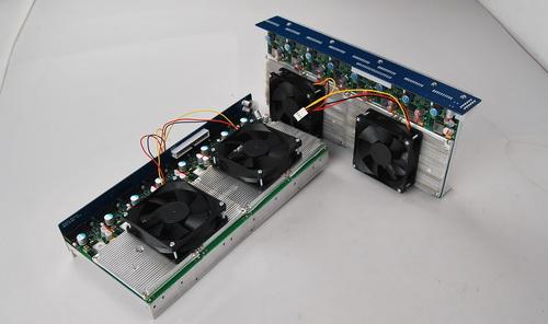 1、准备水冷配件及安装工具。将矿机侧板拆下,准备安装水冷散热器。  2、将机箱内的两个散热芯片模组拆下,拆除模组时要先将电源线及彩色线带拆下,拆除时要注意芯片上的圆形电容,切勿将电容碰掉或损坏(万一碰掉了电容,用电烙铁接4CM左右的线焊接上即可,电容的方向要一致)。然后拆下芯片上方的蓝色长条,来回晃动就可拆除,不要用大力使劲向外拔,以免损坏针角。再紧接着把固定绿色运算板的螺丝取下,拆下芯片。   3、把导热贴平整的贴在东远水冷头背面(用原先散热片和芯片中间的导热贴即可),然后将绿色运算板的螺丝孔与冷头背面